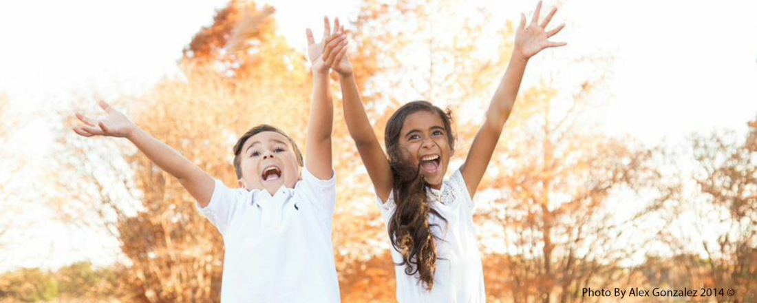 Happy Kids smiling during an autumn afternoon. Photo by Alex Gonzalez